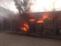 Nachlöscharbeiten nach gestrigem Brand
