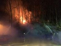 PKW- und Waldbrand am Krankenhaus