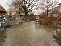 Überlaufendes Wasser am Gewerbekanal